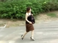 Street sharking video shows a Japanese gal wearing thongs