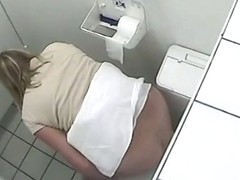 Chubby ass is perfectly seen on voeyer toilet video