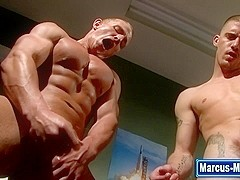 Muscly hunks cum hard in threesome