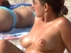 Babe in topless at the beach 4