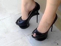Sexy feet in 7 inch high heel keyhole stiletto pump's