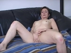 Horny mature bitch plays with her aged cunt