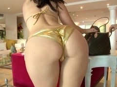 Stunning milf Jayden Jaymes teases in close up