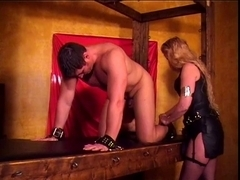 Female-Dominator Amberle, scratches her fastened slaves body